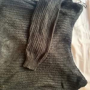 Tunn stickad tröja i svart, är snurrad och kan användas både fram och bak. Från missguided