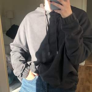 Oversized mörkgrå hoodie, med luva. Stretch nertill och i ärmarna🖤 kan frakta också! (köparen står isåfall för frakten)