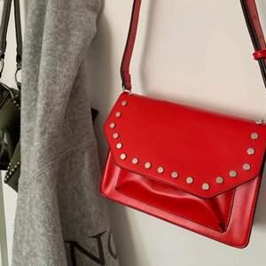 As snygg röd väska knappt använd!💕