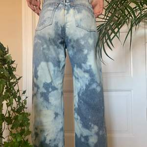 Jeans från Monki i modellen Yoko som jag har blekt själv. Har även klippt de en bit där nere men de passar bra i längden på modellen som är 162 💗💗