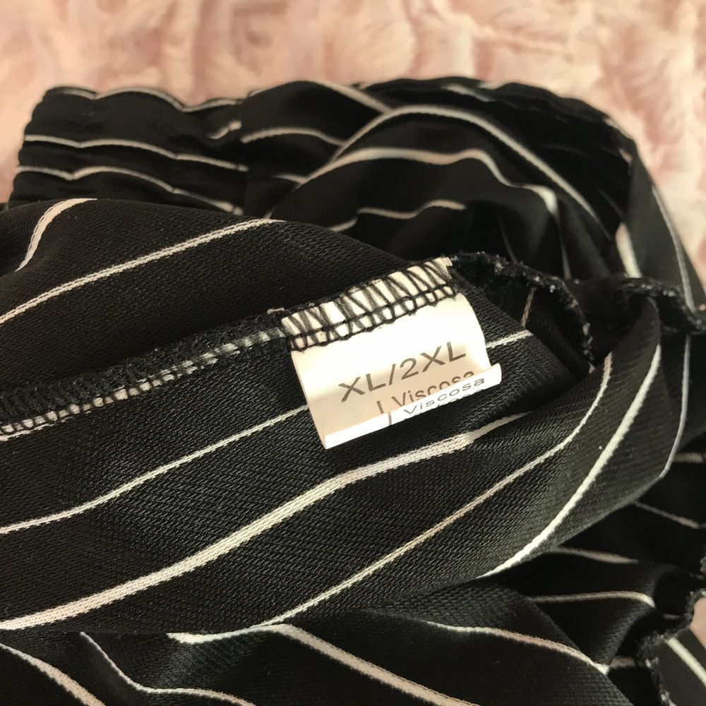 Svarta randiga byxor, fint skick, står strl xl/2xl men passar mig med xs/s. Jeans & Byxor.