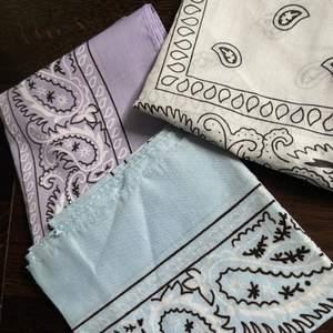 Tre olika bandanas. Aldrig använda. 1 för 30 kr, 2 för 55kr eller 3 för 80kr 🤍 frakt för 1 och 2 blir 24kr och för 3 36kr