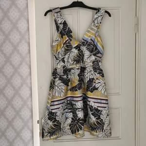 Kort klänning i stl 40, finns en fläck på kjolen. Kupan är speciell, tycker ej det passar mig med C/D kupa.