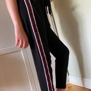 Mjukis byxor med ett rödvitt streck på båda sidorna och har en knytning fram,  skönt material men har blivit för korta på mig. Köparen står för frakten :)