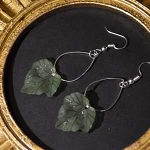 Örhängen med löv. Finns också i guldig metall, krokarna är nickelfria.