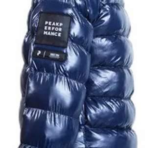 Säljer nu denna peak performance tomic puffer jacket kan diskutera priset. Säljer pga den va för stor storlek 170 men sitter som en S
