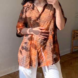 Skjorta i chiffon med paljetter 🎉 Köpare står för frakt! Några paljetter fattas men endå lika fin, syns liksom inte 🤗