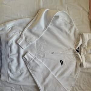 Vit nike hoodie använd endast 2 gånger! Herr medium. Utan deffekter🤎 nypris 700kr