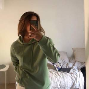 Grön/ mintgrön hoodie från stradivarius! Köpt i Malaga. Luftigt material, men ändå lagom tjockt tyg. Så himla fin färg, men jag använder inte hoodies och därför den säljs 🧡❤️💘