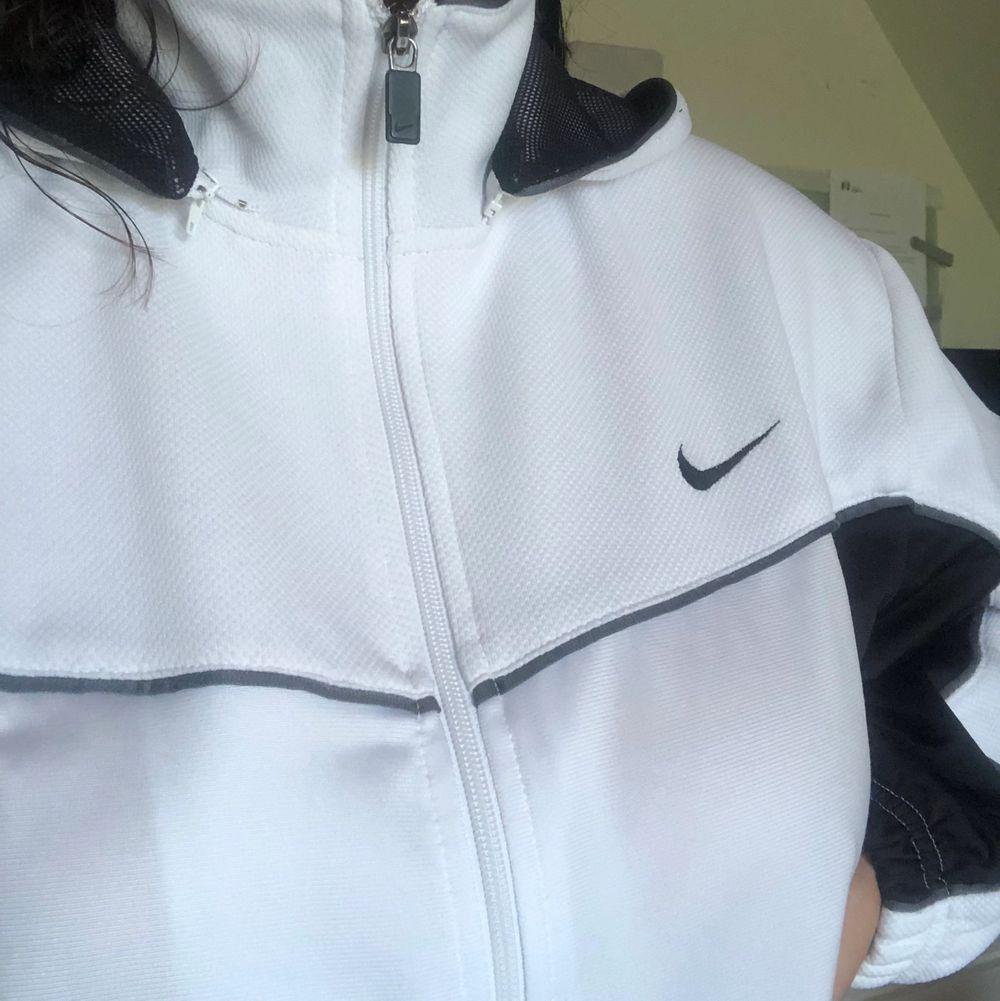 En fin svart vit och grå nikehoodie. Huvtröjor & Träningströjor.