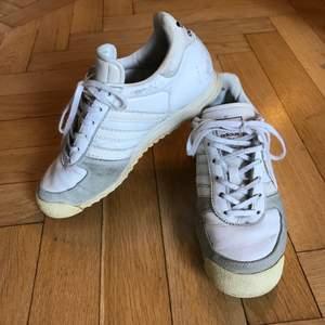 Så snygg modell av helt vita sneakers från adidas som funkar för både storlek 36 och 37. Använda men mer kvar att ge! Litet slitningar i lädret, som kan bli. Men nytvättade och impregnerade! Kan mötas i Stockholm eller skicka mot fraktkostnad 99:-. ✨🌷✨