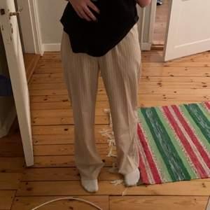 Beiga tunna kostymbyxor