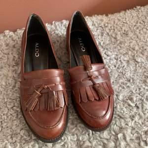Oanvända loafers från Aldo. Brunt läder. Storlek 38.