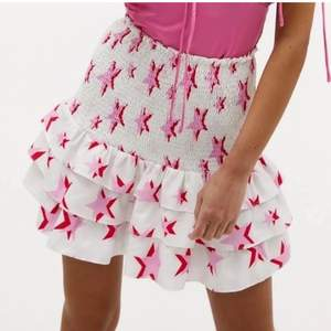 Säljer denna populära stjärn kjol som passar perfekt att ha nu i sommar. Den är i storlek xs men passar nog s-m också. Flera som är intresserade så buda❤️ Högsta bud 350kr