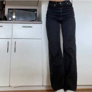 Jätte snygga Raka Levis jeans. Säljer då jag tycker att dom är lite för stora på mig. Långa på mig som är 168. Bra skick. Lånade bilder men exakt samma jeans. Kan även bytas mot ett par likadana i storlek 25.