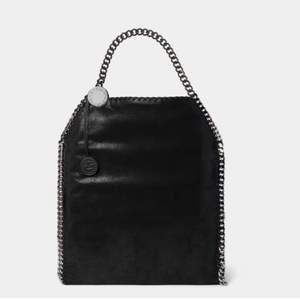 Intresse koll denna ❌FAKE❌ Stella McCartney väskan som är köpt utomlands. Jätte bra skick aldrig använd. Den är svart och det finns mycket utrymme i väskan och typ fickor inuti. Vid bra  bud så släpper jag den 💓💓öka gärna med ca 50kr 💗💗buda i kommentarerna💗💗