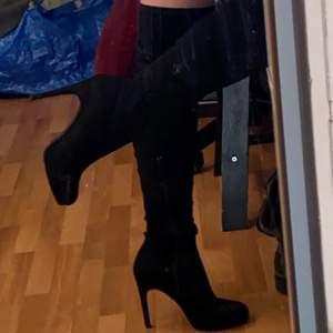 Supersnygga knee high boots från Nellys egna märke NLY Shoes, använda två ggr för två år sedan. Säljer då de aldrig kmr till användning. Säljer för billigare än jag hade tänkt då de släppt aningen på insidan (se bild 3), men det går enkelt att limma fast ifall man vill (behövs egentligen inte enligt mig) 🖤