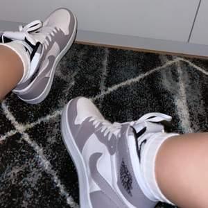 As coola jordans som var tyvärr för små för mig, dom är i strl 38 men skulle sagt att dom passar 37 skorna är helt oanvända och endast testade!! Frakten ligger på 110kr som ni kunden får betala <3💙💙                 2000kr annars budas det.
