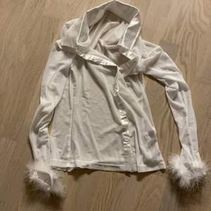 Vit snygg tröja man kan matcha med ett linne under! Aldrig använd tyvärr, ordinariepris 110