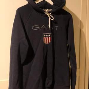 Marinblå gant hoodie i fint skick, köpare står för frakt 💕