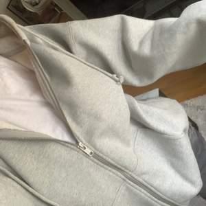 Grå zip hoodie från Brandy Melville! Fint skick, inte använd mycket. köptes för ca 420kr säljer för 250+frakt, onesize ⭐️