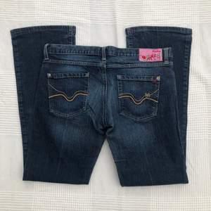 Mörka lågmidjade bootcut-wide jeans från Replay. W33 men passar nog mer W30/31, kan passa W29 också med bälte. Midjemått: 84 cm. Innerbenslängd: 78 cm. Jag är 176 cm och dom är lite för korta på mig. Skriv privat för mer bilder. 280kr + frakt 💓