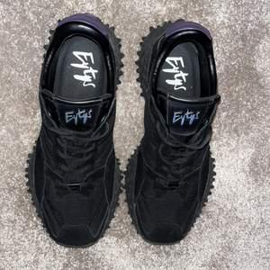 Eytys fugu sneakers, svarta, i storlek 44. Knappt använda, så är alltså i väldigt bra skick. Dustbag och kartong medföljer. Endast swish! Frakten ingår ej!