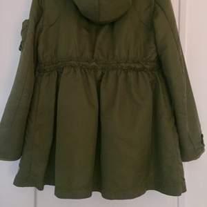 A-linjeformad jacka från Odd Molly som passar för höst, vinter och vår. Gosigt foder o fina detaljer. Stolek 0 motsvarar ca 34-36.