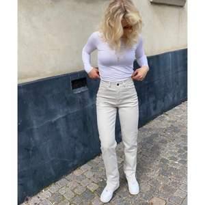 Jag säljer min syrras asnajs helt oanväna crèmevita jeans med slits från design by Si då de inte passade henne❤️ nypris:479