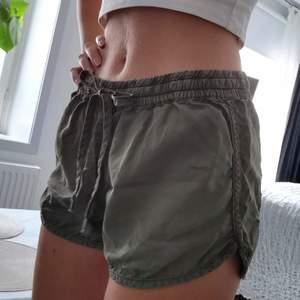 Militärgröna shorts. Äldre modell från hm. Står strl 38 i dem men är lagom på mig som normalt har 36. Så skulle säga att de passar bäst på någon med strl XS/S. Köparen står för frakten 💚
