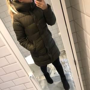 Grön lång vinterjacka i strl XS. Använd en vinter men jackan är sparsamt använd och i väldigt fint skick. (Nypris 599kr)