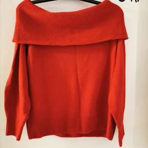 Röd stickad tröja från Ginatricot. Använd 1 gång, i mycket gott skick. Stolek M