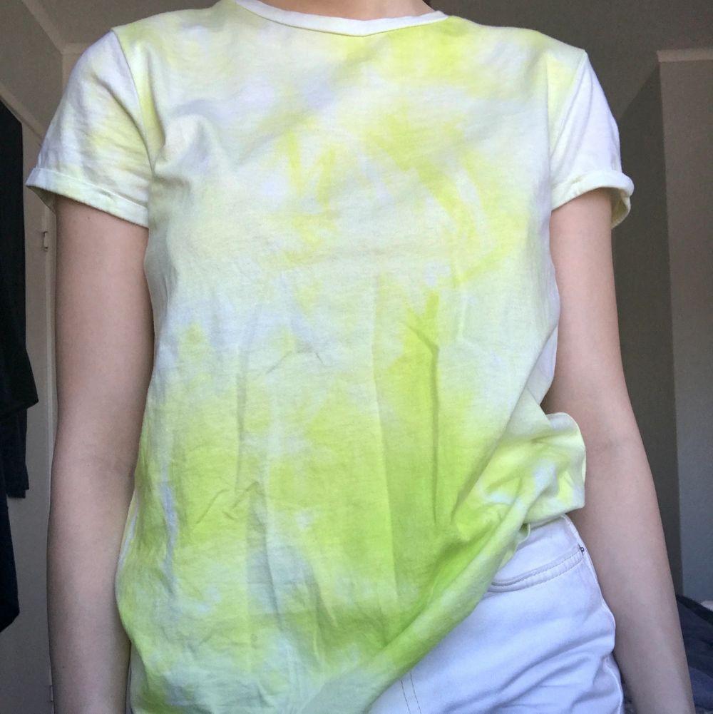 Vit/grön tiydye tröja aldrig använd, mycket skönt material. 25kr + en liten fraktkostnad . T-shirts.