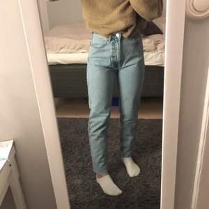 Ljusblå mom jeans aldrig använda från zara, har klippt dom längst ner å passar mig som e runt 164! hör av dig om du är intresserad