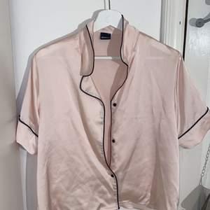 Super snyggt rosa Pyjamas sett från gina tricot. Det är en tröja samt ett par shorts i samma färg. Aldrig använt då ja känner att de inte riktig va något för mig. Super snyggt och nästan som i nytt skick. Storlek m i båda delarna. Pris kan diskuteras ❤️ obs man kan välja att köpa en av delarna ifall man vill!!