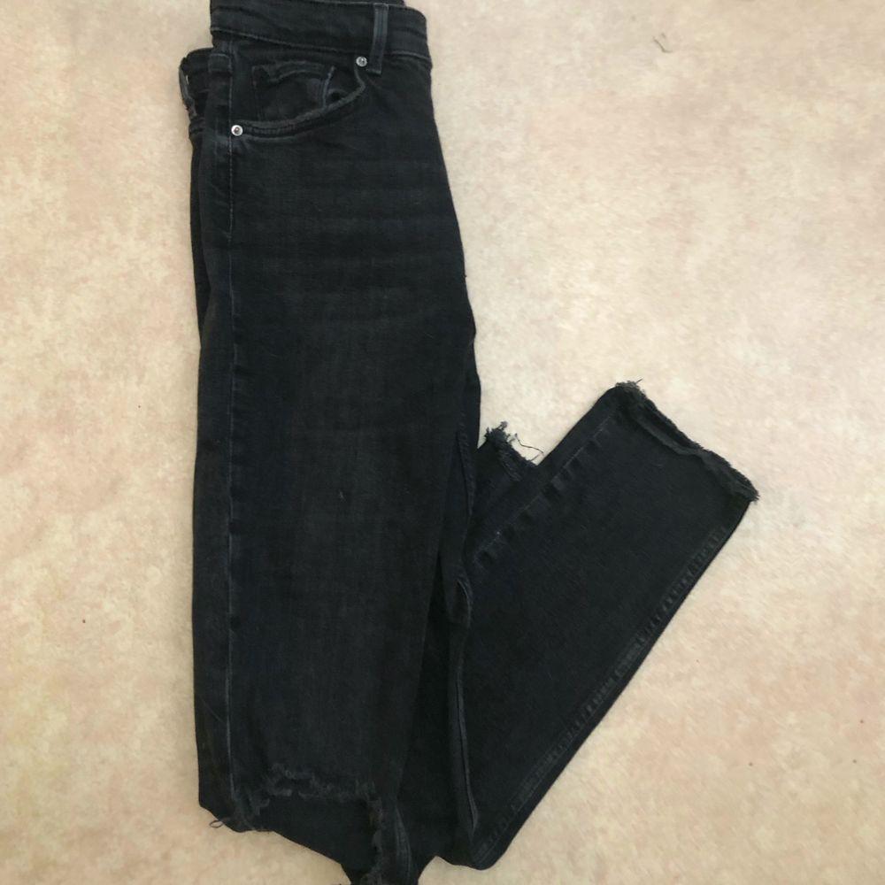 Superfina högmidjade jeans från ginatricot med hål på knäna säljs då de tyvärr inte passar mej längre:/,frakt tillkommer och kan hämtas upp🥰. Jeans & Byxor.