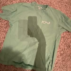 Säljer denna snygga T-shirt som jag köpt på junkyard. Tröjan är i fint skick då jag använt den ett fåtal gånger. Strl XS men funkar för dom som bär S också. Köpt för 399kr, säljs för 200kr