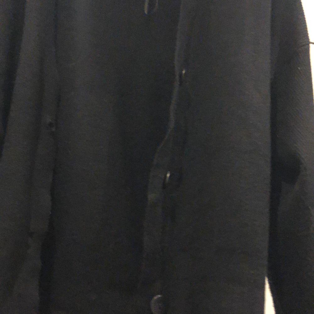 Jättefin svart Zara cardigan i storlek S. Skönt material med knappar och sitter lite tajtare vid handlederna❤️ 125 kr + frakt. Blusar.