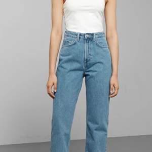 Super snygga jeans från weekday i modellen rowe! Älskar dem och köpte de i somras men de har tyvärr blivit för små för mig:( köpta för 500kr säljer för 270kr! Skriv för fler bilder❤️