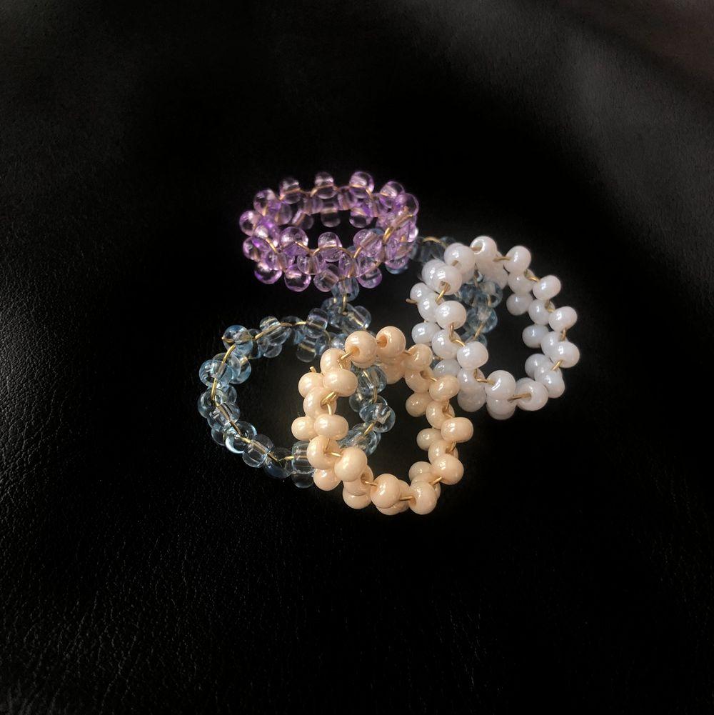 Handgjorda ringar för 39kr/st! Ringarna finns i färgerna blå, lila, vit & creme! Köp 3 valfria ringar för 100kr. Accessoarer.