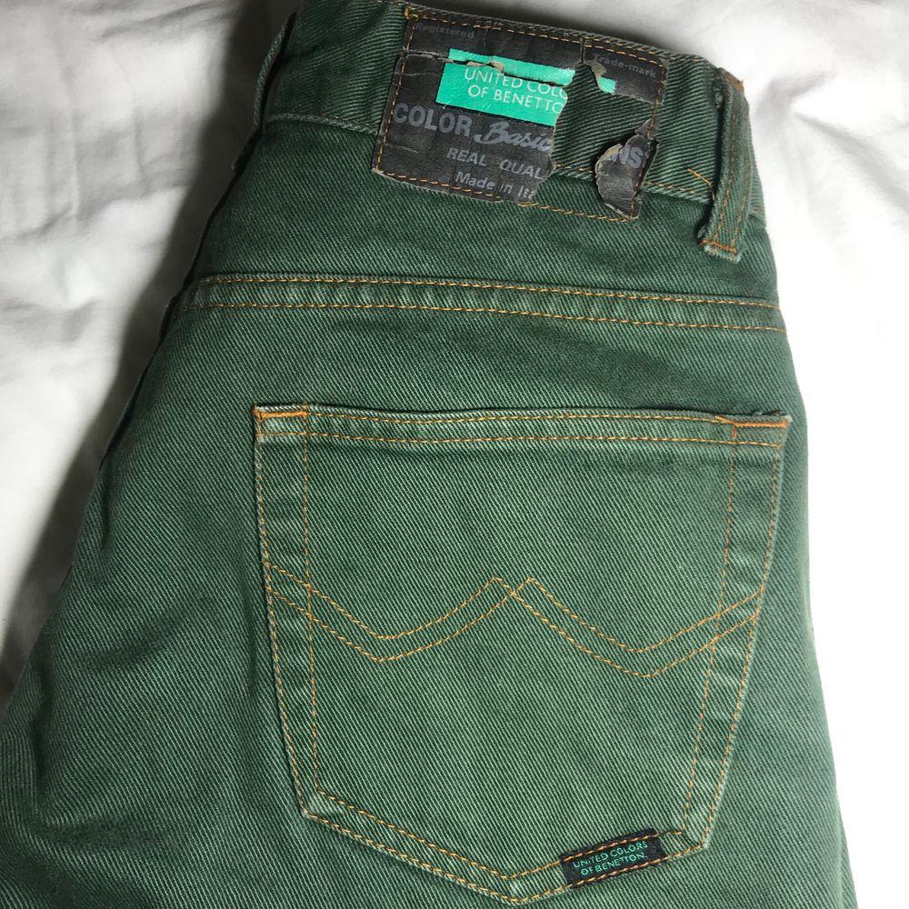 !köparen betalar frakten själv! mörk gröna United colors of benetton jeans med orange-bruna sömmar. Sitter fast i midjan och har en straight leg fit. Gjorda i Italien och har super bra kvalitet i tyget. Inte stretchiga men sitter som en smeck i rumpan och formar kroppen på bästa sätt.. Jeans & Byxor.