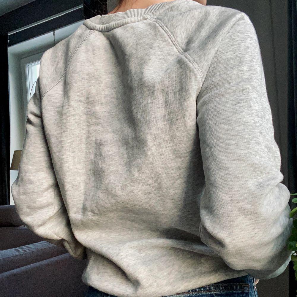 Grå tröja från Gant. I strl xs. Säljer pga att den inte kommer till användning 🤍🖤 Skriv i kommentarerna eller kontakta mig vid intresse. Frakten tillkommer. Buda om fler intresserade.. Tröjor & Koftor.