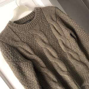 Stickad tröja i fint skick! Använd ett fåtal gånger, lite ljus grön färg.