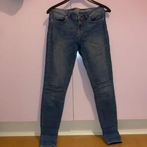 Blåa jeans från Ullared! Bra skick, använda ett par enstaka gånger! Men det är slitet vid texten för det har tvättats, men står Melissa på dem, storlek 42 men passar även 40. Säljer för 120kr eller buda! Köparen står för frakten