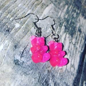 Supersöta björnörhängen i rosa!💖 det finns 2 par k lager, dem kostar endast 32kr och fri frakt💖 fler bilder vid intresse, skickar alltid postbevis och packbevis💕