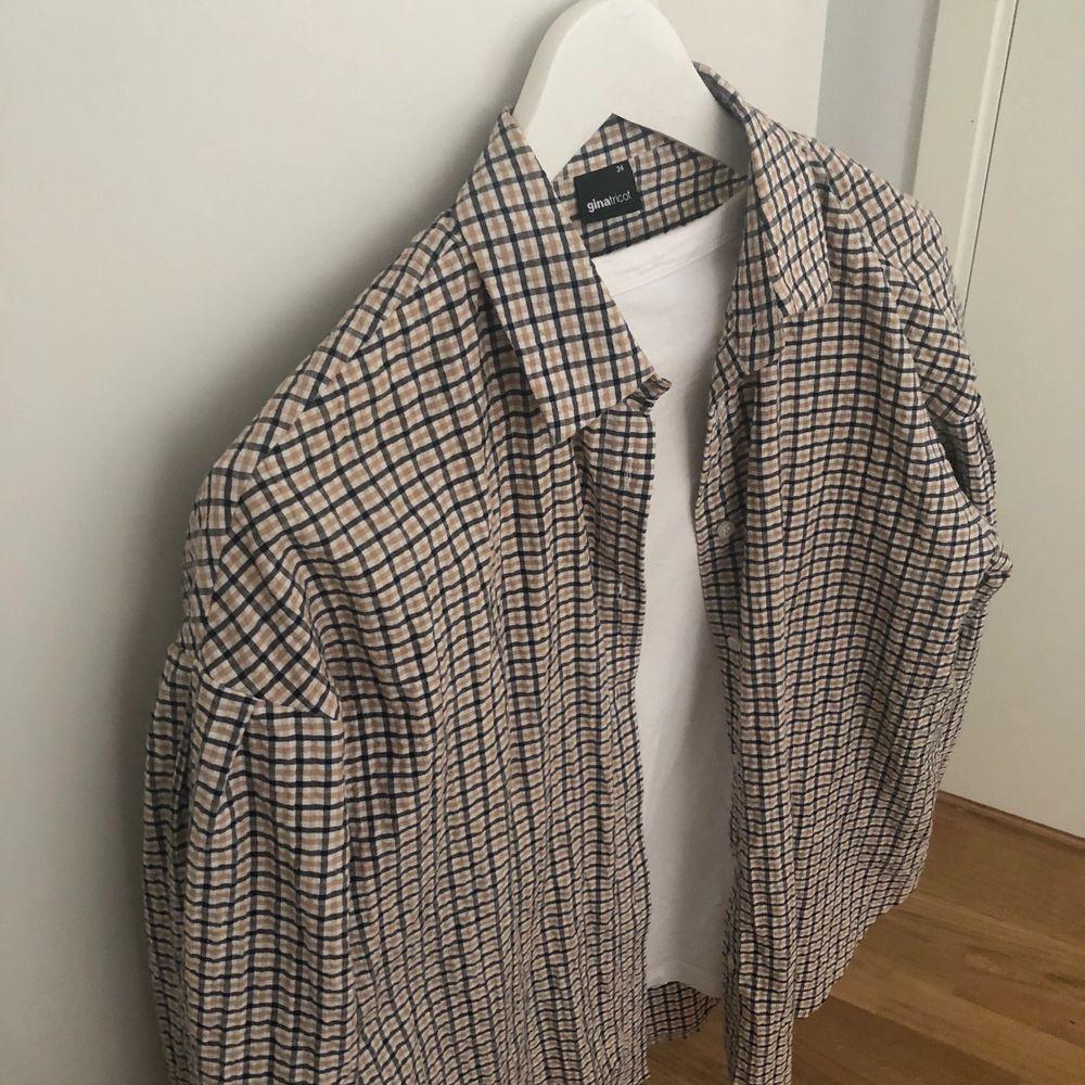 """Rutig cool skjorta med lite """"puffiga"""" armar! Säljer endast då den inte kommer till användning längre!. Skjortor."""