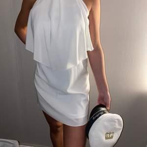Superfin vit klänning från Nelly, perfekt till avslutningen eller kanske studenten? Den gör sig inte rintigt rättvis på bilderna så är ni intresserade tveka inte att fråga om mee bilder för den är så fin men svårt att få fram.