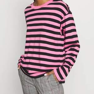 Rosa Långärmad tröja ifrån Monki, storlek S, svarta o rosa ränder, använd några gånger men är som i nyskick, inte min stil längre💕☺️ Är i t-shitt material fast långärmad:)