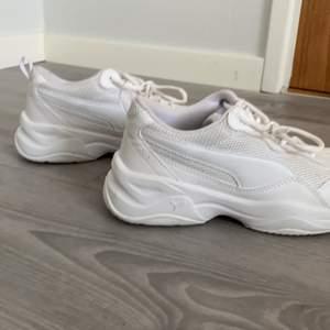 Vita Sneakers från Puma. Sldrig använt, undersidan är helt ren. Storlek 36, men jag har i vanliga fall 37 och dessa passar perfekt. Priset på alla mina produkter kan diskuteras.