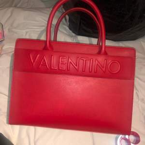 Röd valentino väska, knappt använd. 1000 kronor. Pris kan diskuteras